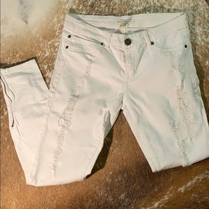 Denim - White skinny jeans with zipper and rips